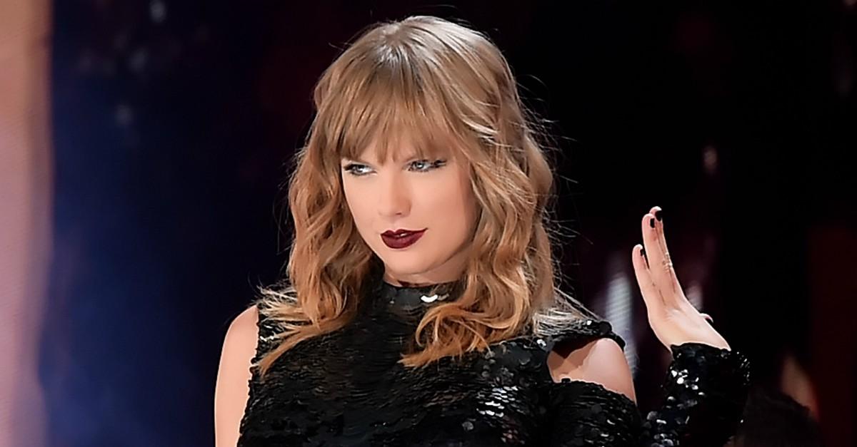 """Taylor Swift ai fan: """"Siate forti contro i bulli, come ho fatto io con Kim Kardashian"""""""