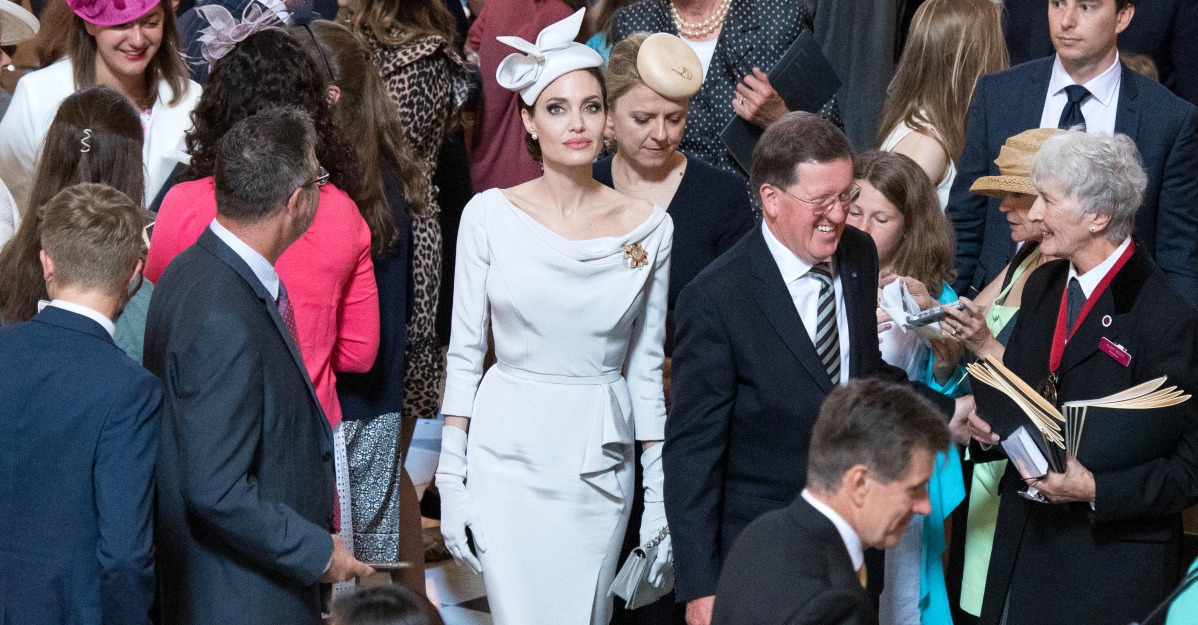 "Il look ""reale"" di Angelina Jolie: l'attrice si ispira a Meghan Markle e Kate Middleton"