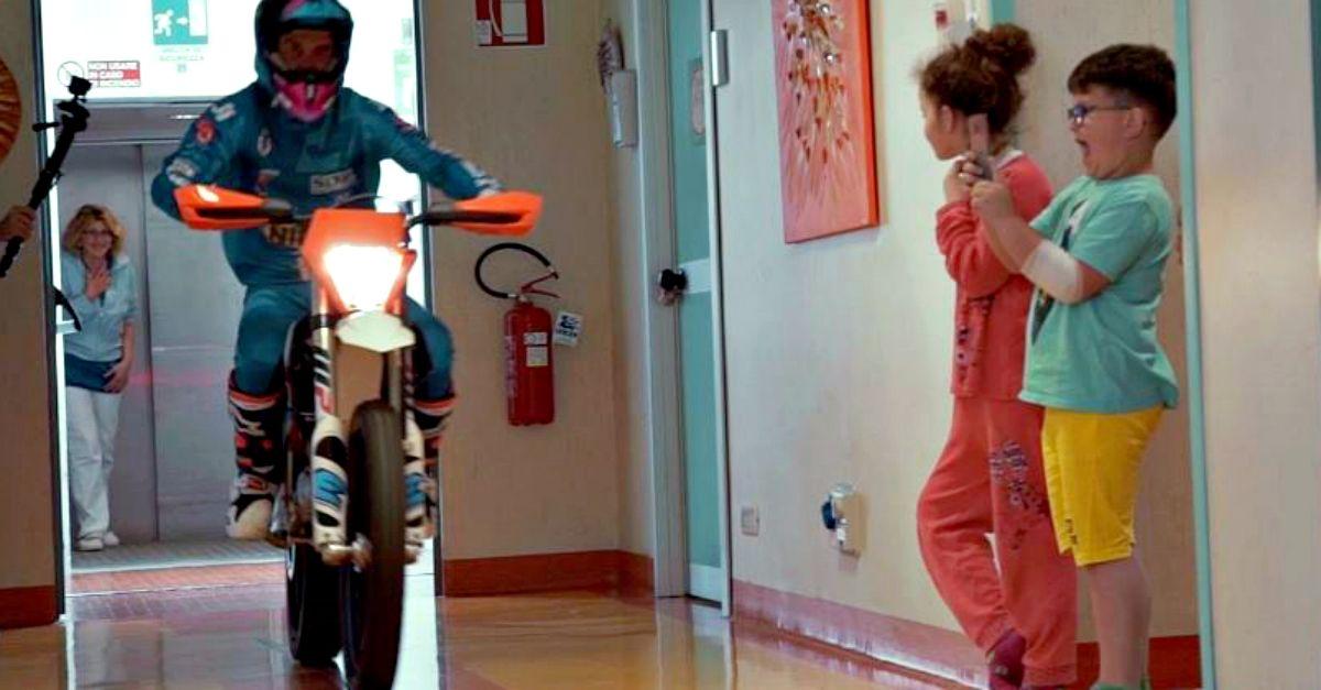 Motocross in ospedale con bimbi a bordo: è la terapia gratuita di Vanni Oddera