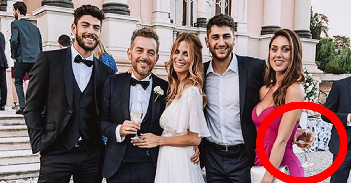 Cecilia Rodriguez ritocca il lato B nella foto del matrimonio di Filippa e Daniele: la prova