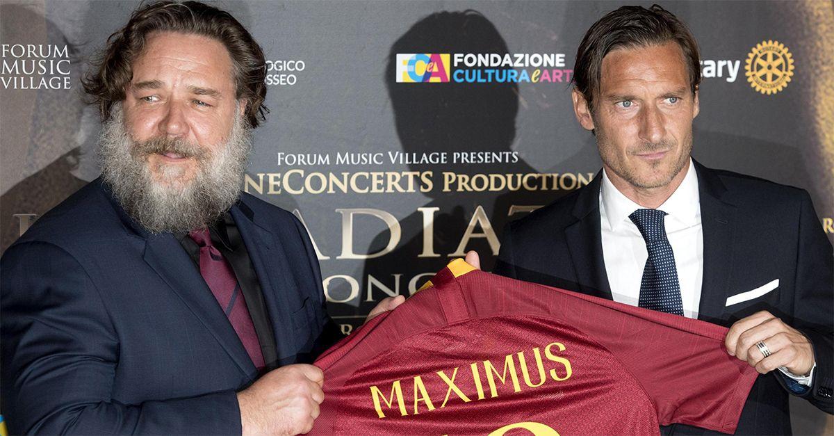 Russell Crowe a Roma: il gladiatore torna al Colosseo, ad attenderlo Francesco Totti