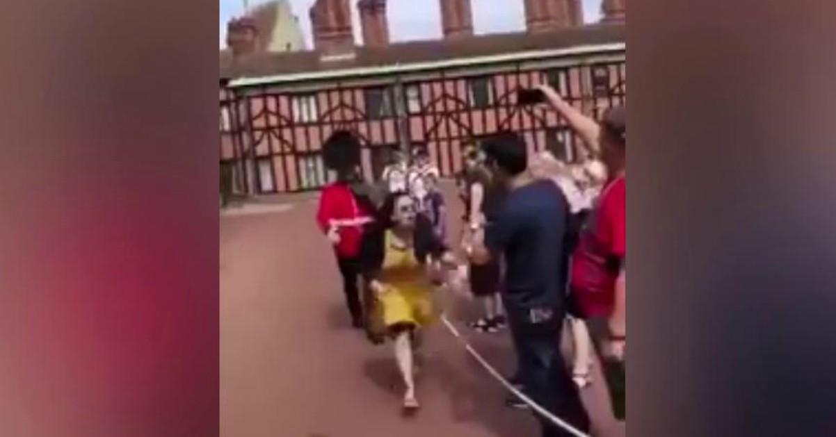 Scavalca il cordone per una foto ricordo: turista spintonata dalla guardia reale