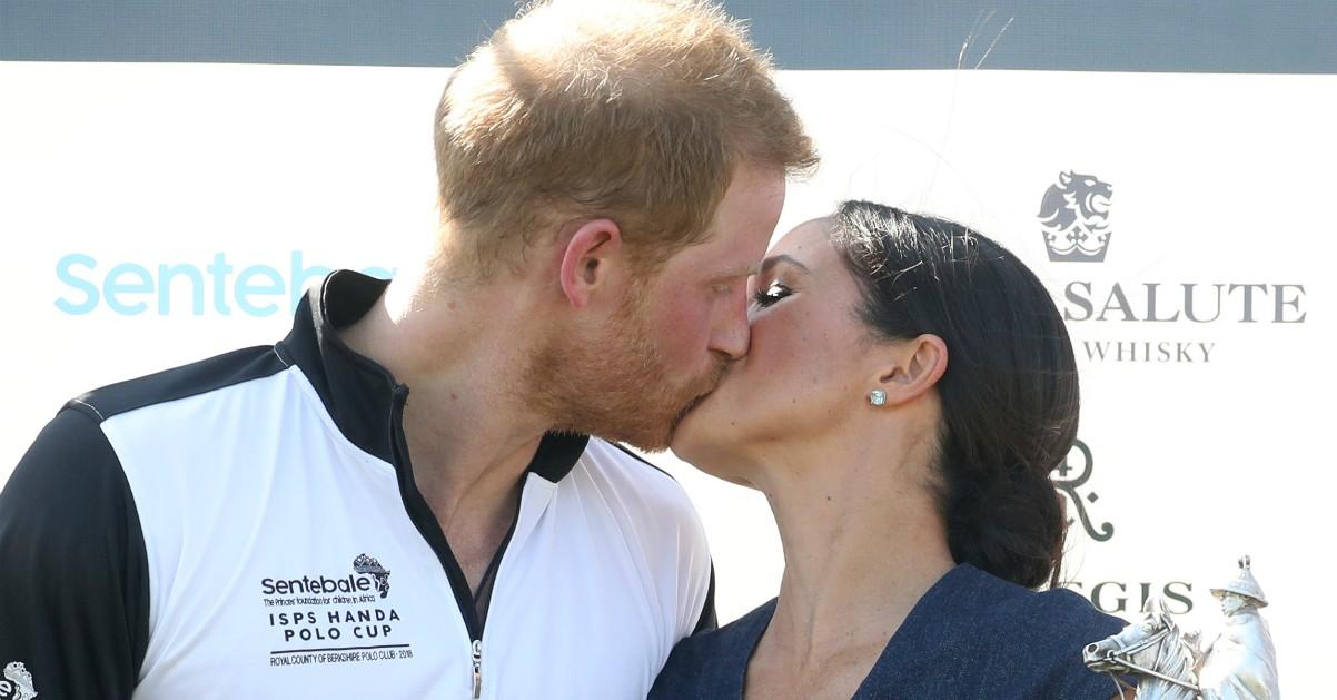 Harry e Meghan infrangono il protocollo e si baciano