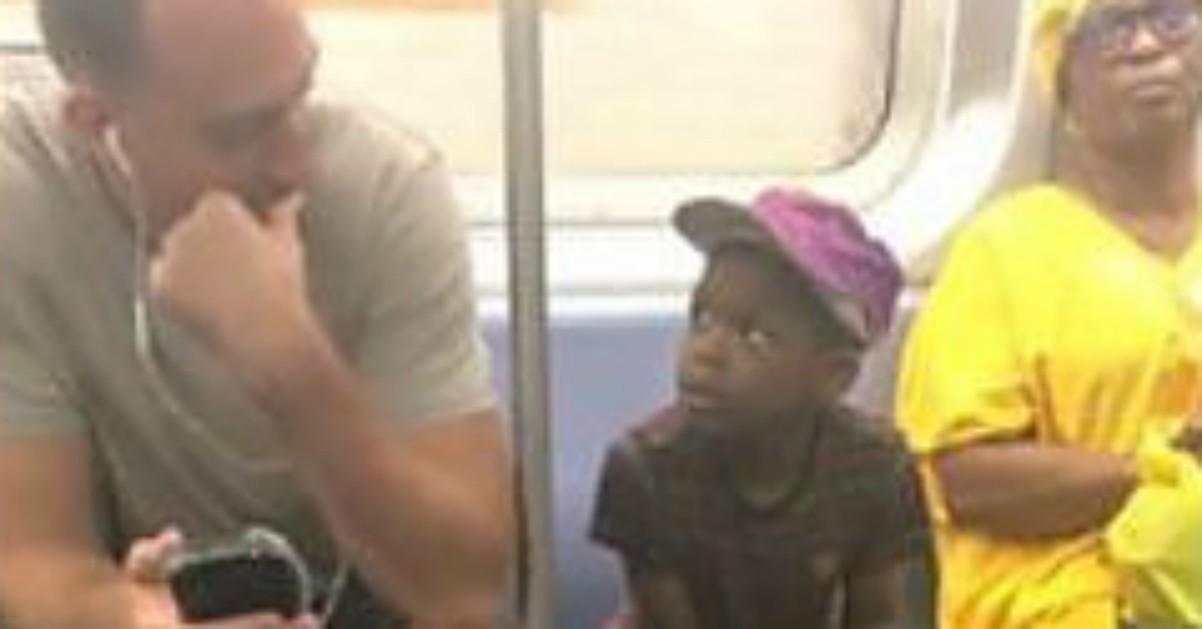 New York, lo sguardo del bimbo è irresistibile: lo sconosciuto gli cede il suo smartphone per giocare