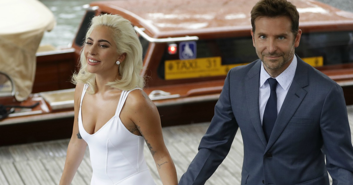 Bradley Cooper e Lady Gaga: passerella mano nella mano a Venezia