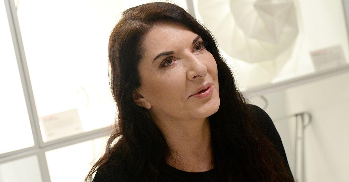 Marina Abramovic, aggredita a Firenze da un uomo che le ha spaccato un quadro sulla testa