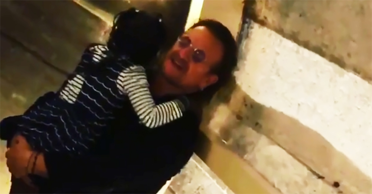 """Parigi, bimba piange al live """"solidale"""" degli U2: Bono la consola"""