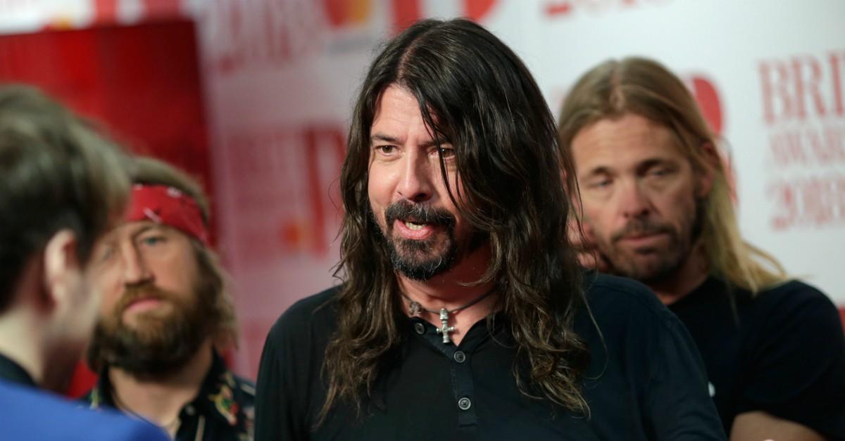 """Dave Grohl ha perso la voce e scherza: """"Questa è l'ultima volta che vado a limonare con Bono"""""""
