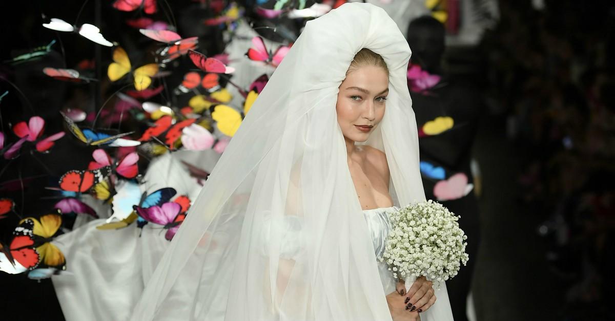 Gigi Hadid incanta tutti vestita da sposa: e la sorella Bella piange