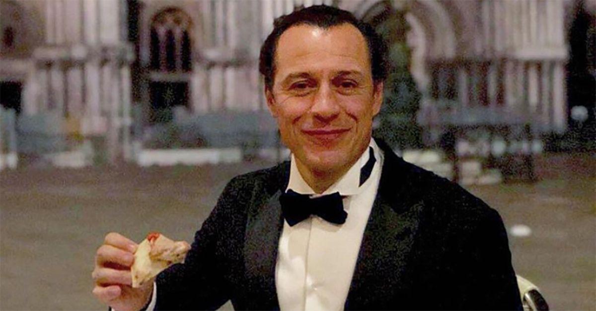 Venezia, Stefano Accorsi mangia una pizza in Piazza San Marco: è polemica. La risposta dell'attore