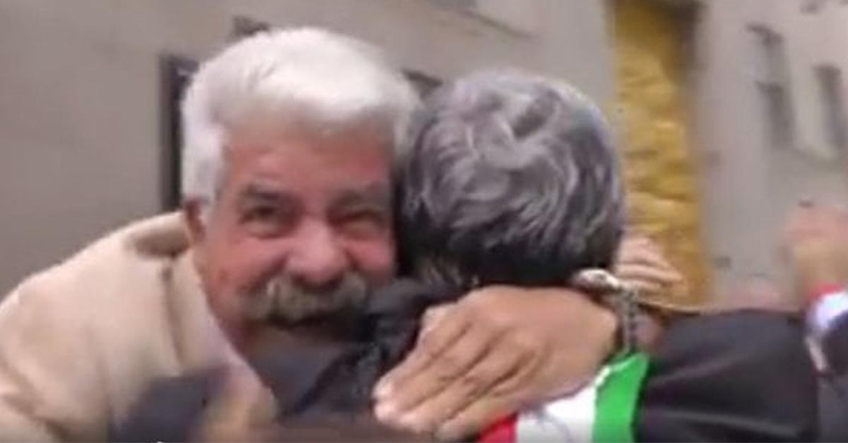 """New York, l'emigrato pugliese incontra Emiliano: lacrime, abbracci e """"Forza Bari!"""". La reazione è da ridere"""