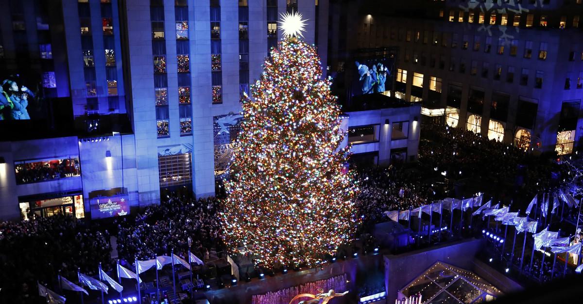 Natale a New York, acceso l'albero del Rockfeller Center