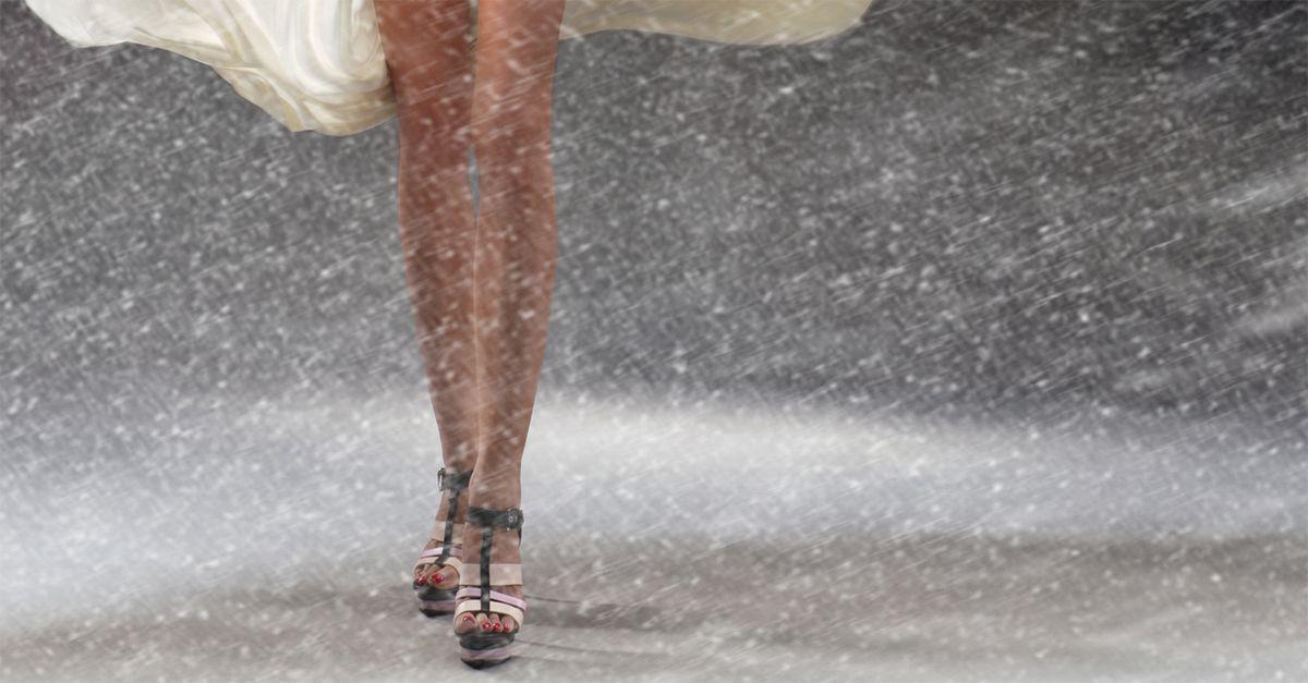 Sandali in pieno inverno e gambe nude senza calze: i trucchi per sopravvivere