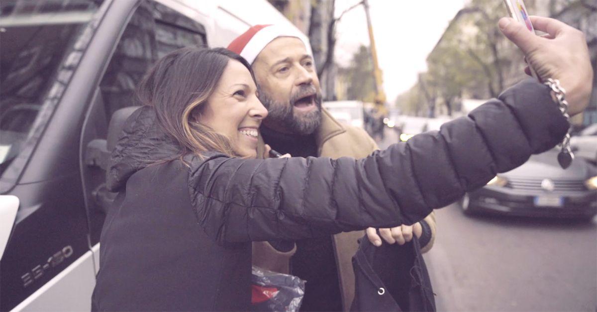 Fabio Volo come Babbo Natale, distribuisce regali ai passanti in Via Massena