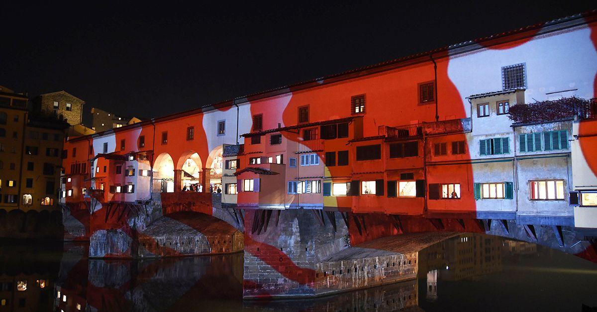 Firenze, Ponte Vecchio diventa un tela di luci e colori: il video