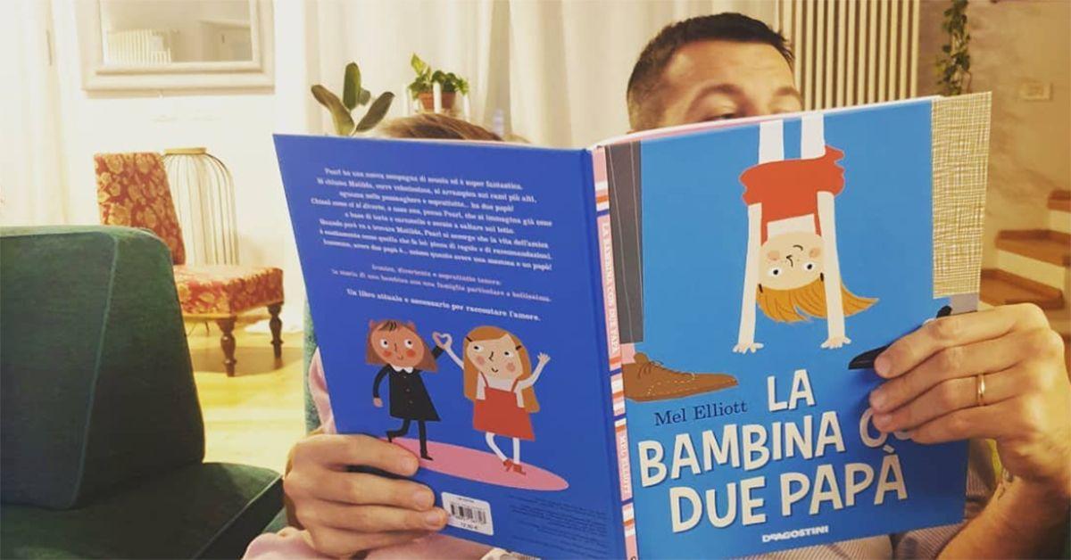 """Alessandro Cattelan legge alle figlie """"La bambina con due papà"""". Critiche su Instagram: la sua risposta"""