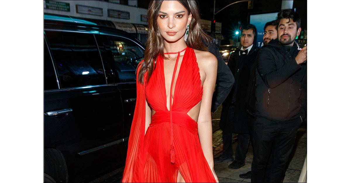 Emily Ratajkowski, spacco vertiginoso e trasparenze: la modella seduce in rosso