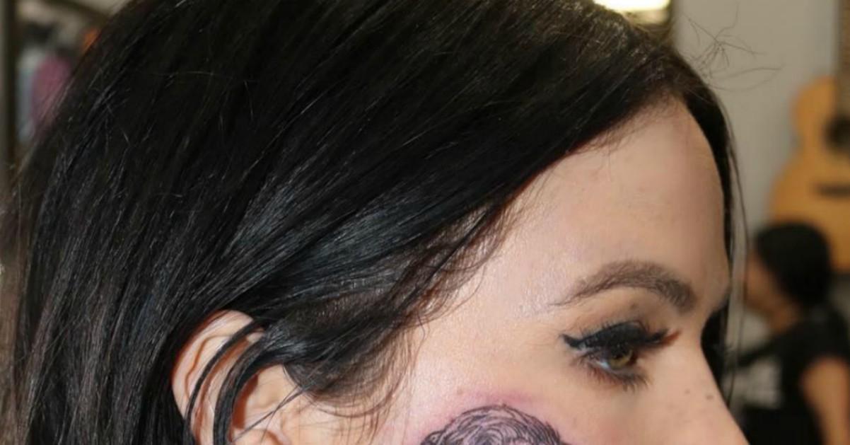 La cantante emergente si tatua in faccia Harry Styles: un regalo per il compleanno dell'ex One Direction