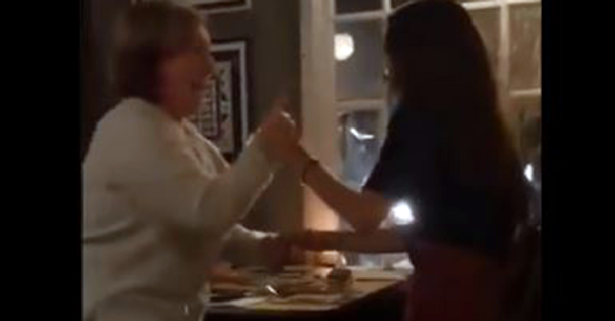 Chiama la cameriera per ordinare al ristorante, arriva la figlia che non vede da un anno: la reazione della mamma