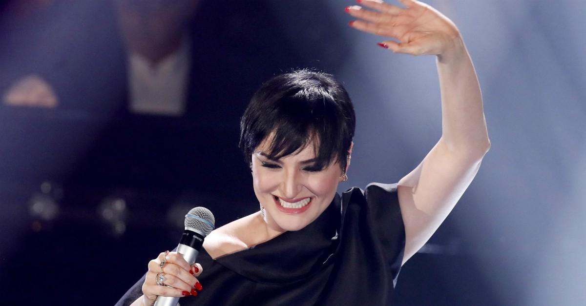Arisa, gesto di stizza per l'errore durante l'esecuzione del suo brano a Sanremo. Video