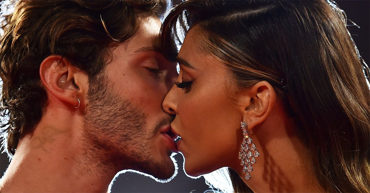 Belen e Stefano De Martino si amano ancora? Spunta la foto del bacio