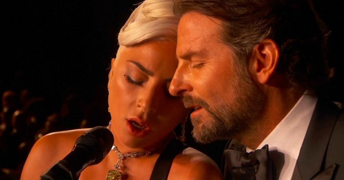 "Oscar, sguardi complici tra Lady Gaga e Bradley Cooper. Cantano live ""Shallow"""