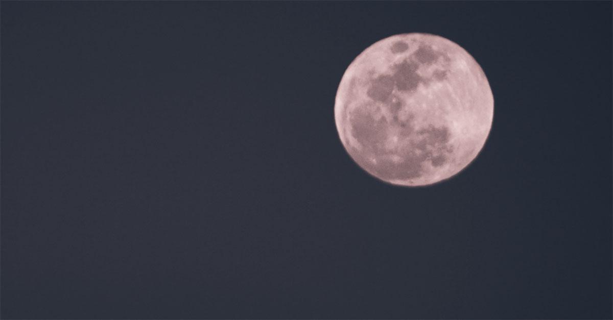 """Arriva la """"luna rosa"""": stasera tutti col naso all'insù (e anche a Pasquetta)"""