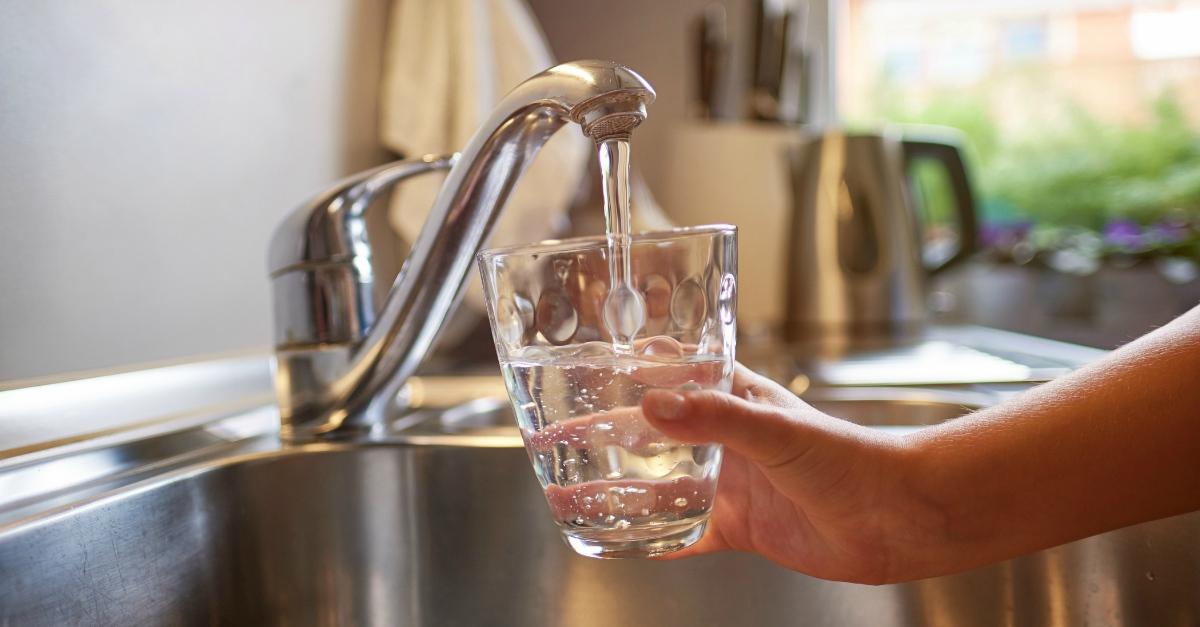 Salviamo il mondo dalla plastica: con un depuratore, possiamo bere l'acqua dal rubinetto