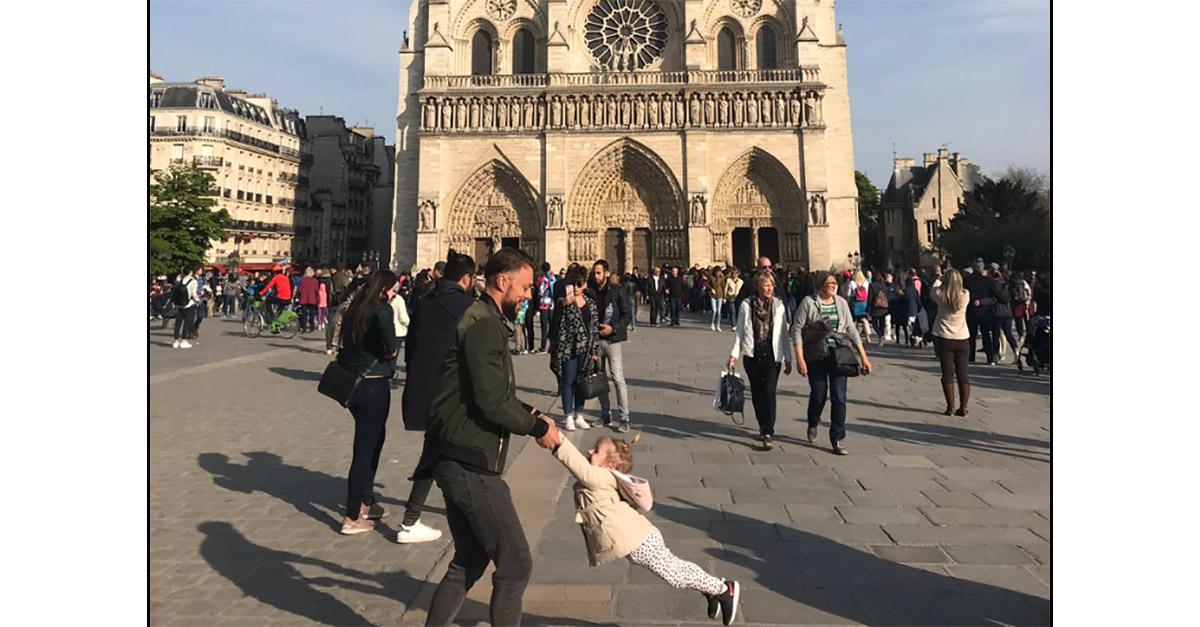 Alla ricerca del papà che gioca con la figlia a Notre-Dame un'ora prima dell'incendio: l'appello su Twitter