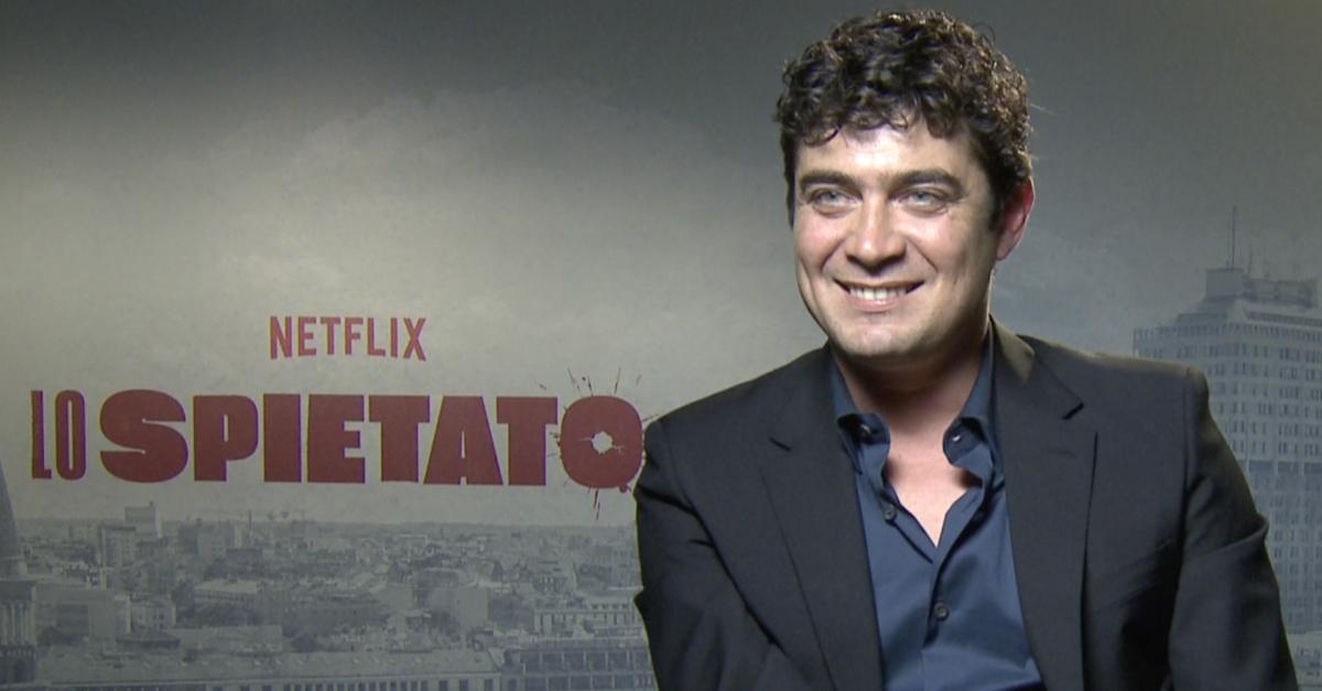Riccardo Scamarcio spietato (e nudo) nel nuovo film Netflix