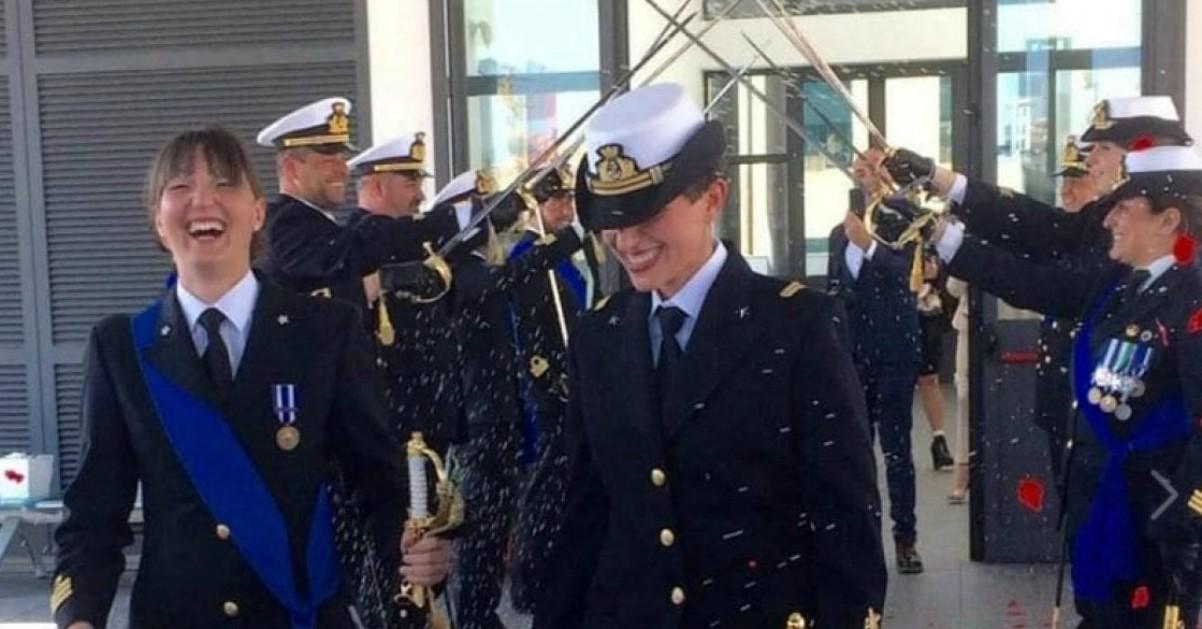 efb8dcc7878 La Spezia, due donne della Marina si sposano: all'altare con la divisa