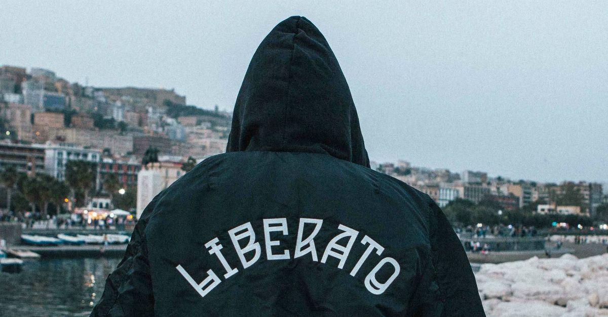 Cosa c'è nel negozio di Liberato aperto solo per un giorno: le foto di Gianluca Vitiello