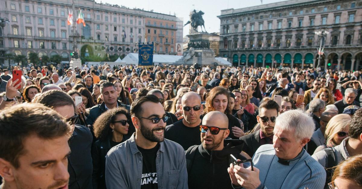 Marco Mengoni, flash mob (con la banda) nel centro di Milano