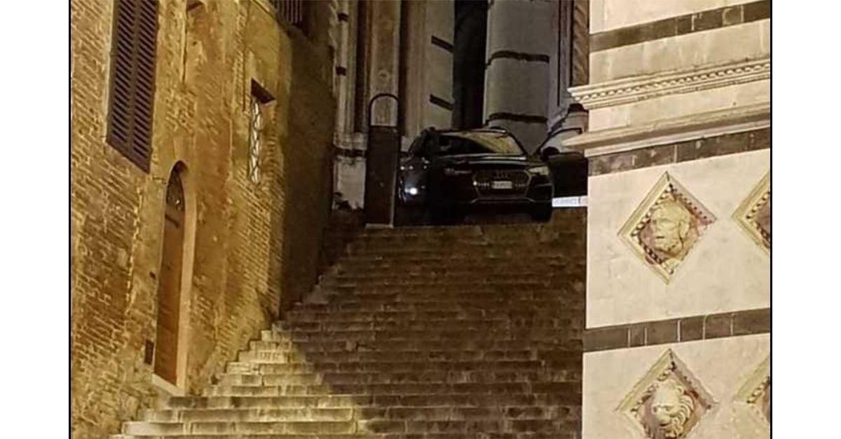 Siena, segue le indicazioni del navigatore e finisce con l'auto sulla scalinata del Battistero