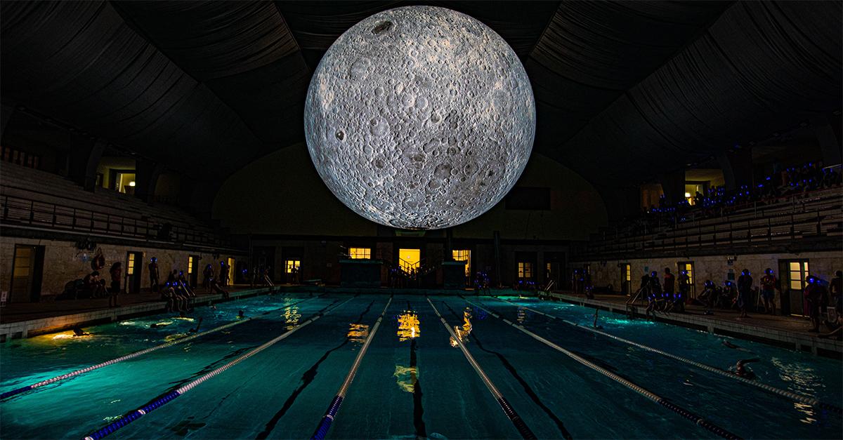 """Nuotare all'ombra della superluna: la """"Instagram opportunity"""" della piscina Cozzi di Milano"""