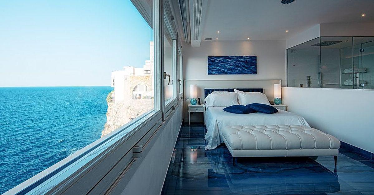 Polignano, a Luglio apre l'hotel di lusso con le suite a picco sul mare. Ecco foto e prezzi