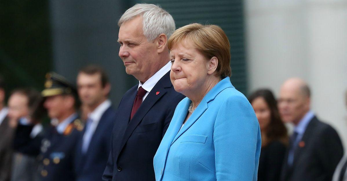 """Angela Merkel trema senza controllo: che cos'ha? Lei minimizza: """"Devo bere meno caffè"""""""