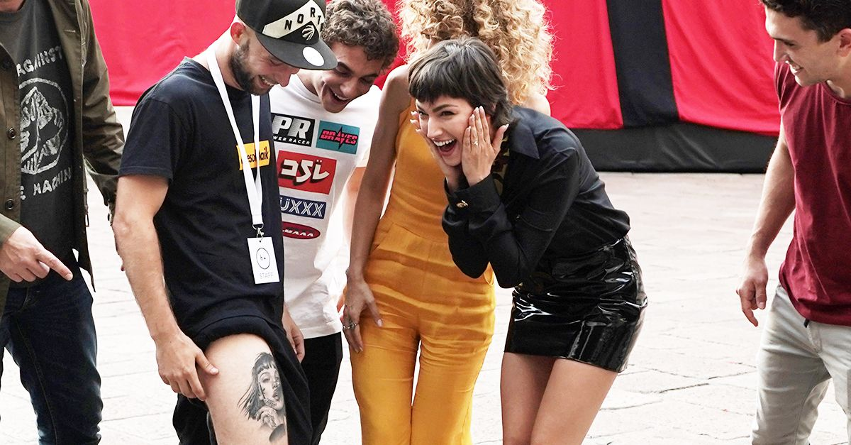 La Casa di Carta a Milano: Úrsula Corberó incontra un fan che si è tatuato il volto di Tokyo