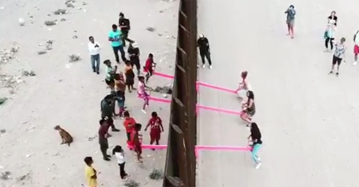 Confine Usa-Messico, le altalene rosa per unire le persone divise dal muro