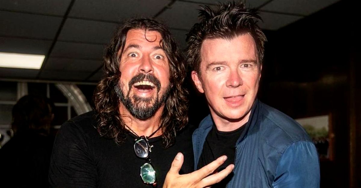 "Sorpresa anni '80 nel club: Dave Grohl e Rick Astley cantano ""Never Gonna Give You Up"""