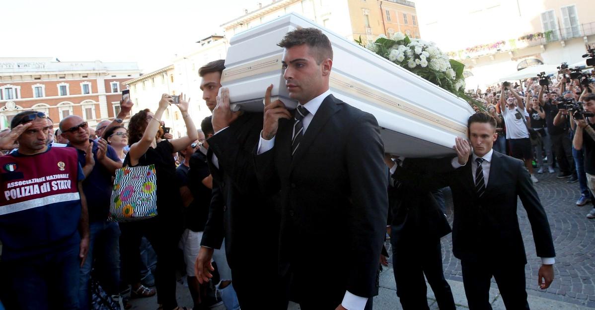 Funerali Nadia Toffa. Una cravatta nera sulla bara bianca. Abbracci tra i colleghi Iene