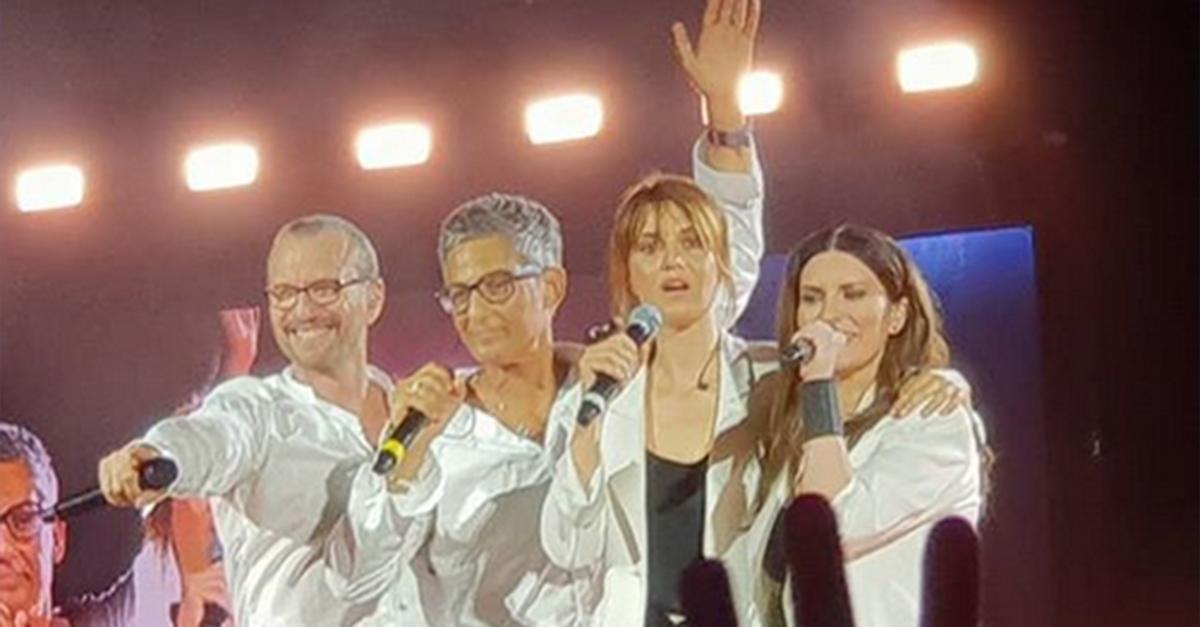 Paola Cortellesi e Fiorello diventano Laura Pausini e Biagio Antonacci: l'imitazione a sorpresa sul palco