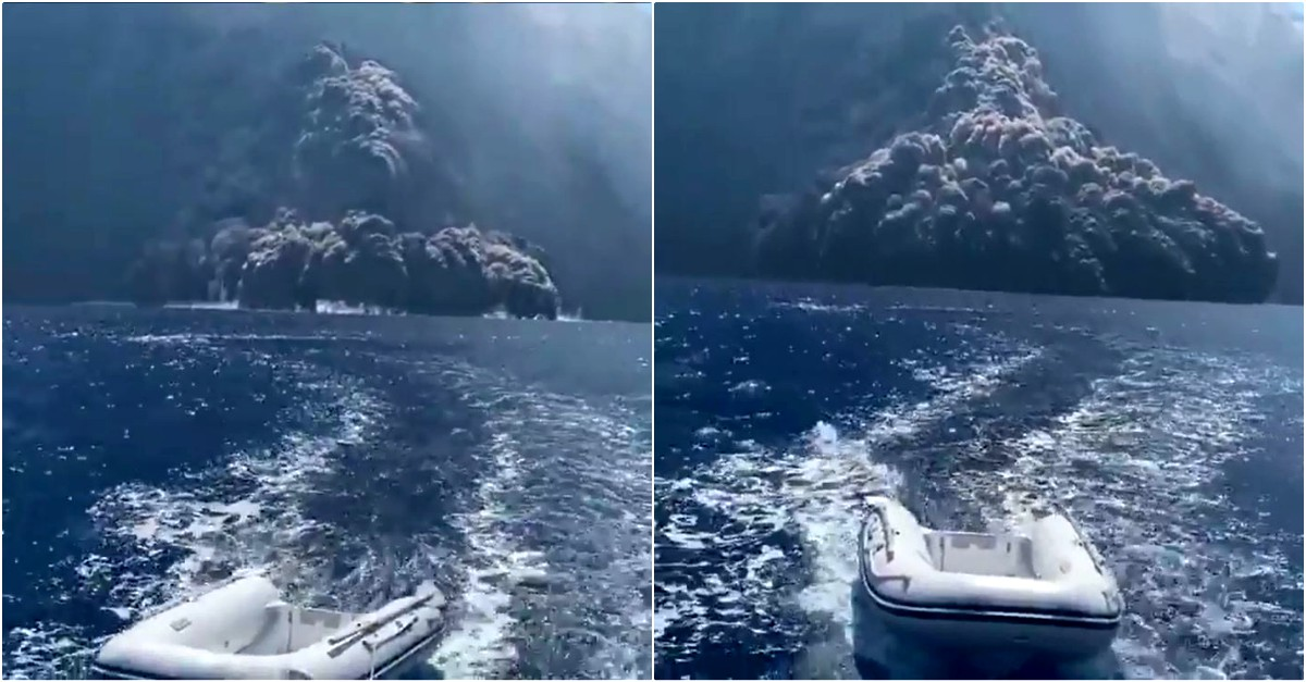 Nuova eruzione Stromboli, l'enorme nube nera avanza sul mare: la fuga della barca ile ilgili görsel sonucu