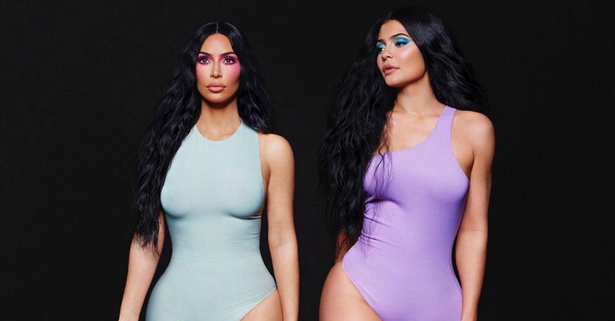 Photoshop, nuovo fail per Kim Kardashian: 6 dita nella pubblicità per i suoi profumi