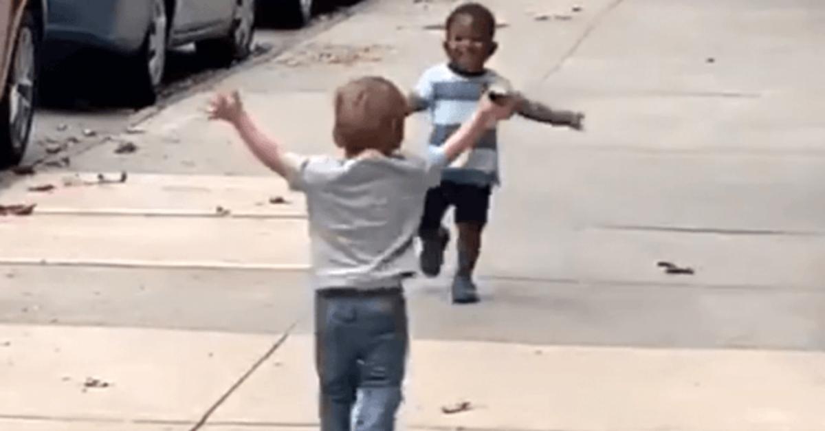 Hanno appena 2 anni: la corsa ancora incerta, poi l'abbraccio. Il video diventa virale