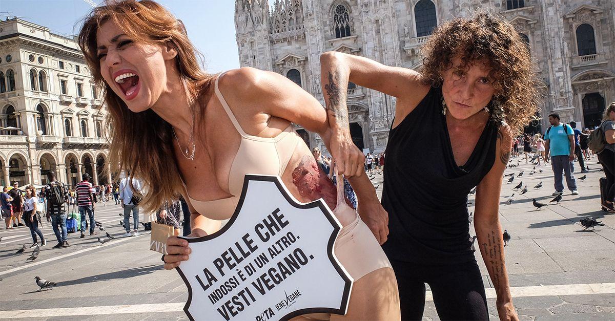 """Milano, """"La pelle che indossi è di un altro, vesti vegano"""": la protesta animalista in piazza Duomo"""