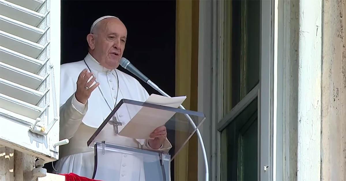 """Imprevisto all'Angelus, papa Francesco arriva in ritardo e rivela: """"Sono rimasto chiuso in ascensore"""""""