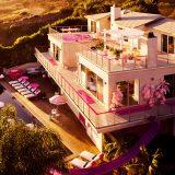 Da oggi puoi alloggiare nella casa rosa shocking di Barbie (e cambiarti nel suo guardaroba!)