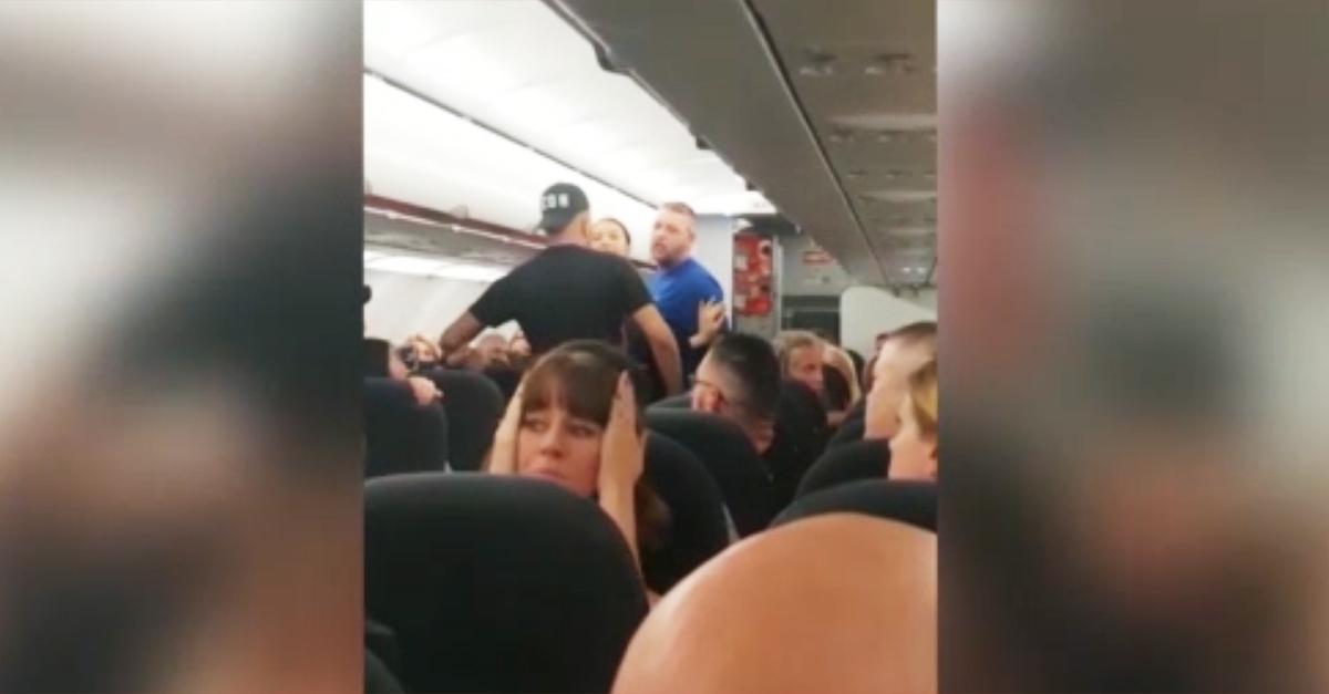 Rissa in volo: aereo costretto a un atterraggio di emergenza