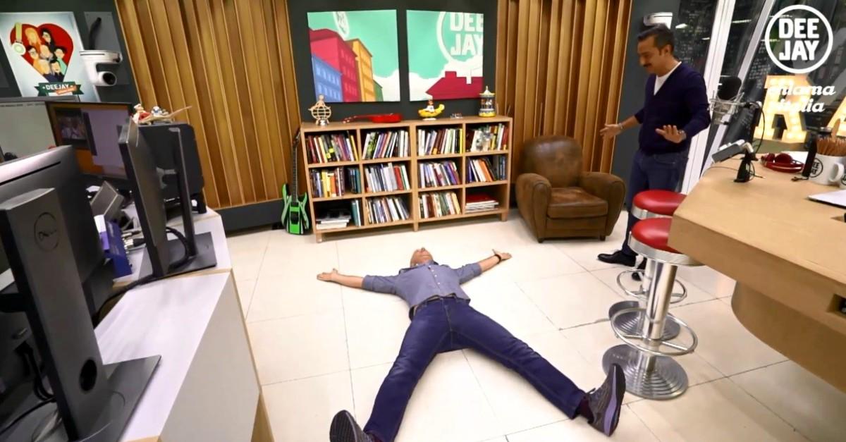 Il Linus vitruviano: sdraiato per terra a X, spiega in diretta il famoso disegno di Leonardo